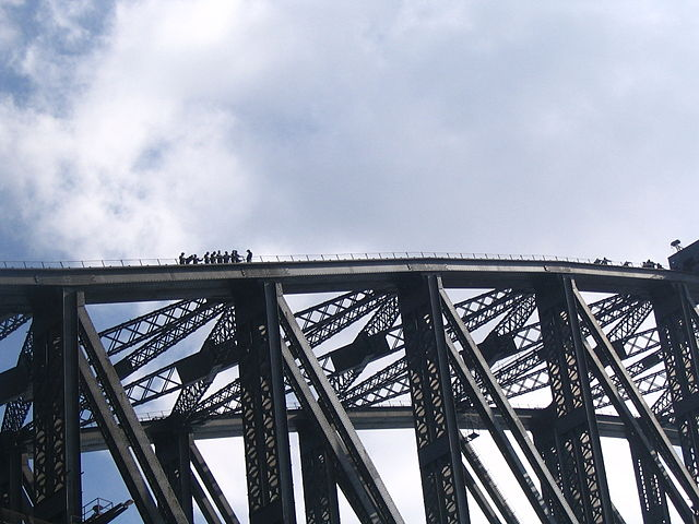 640px-people_climbing_sydney_harbour_bridge